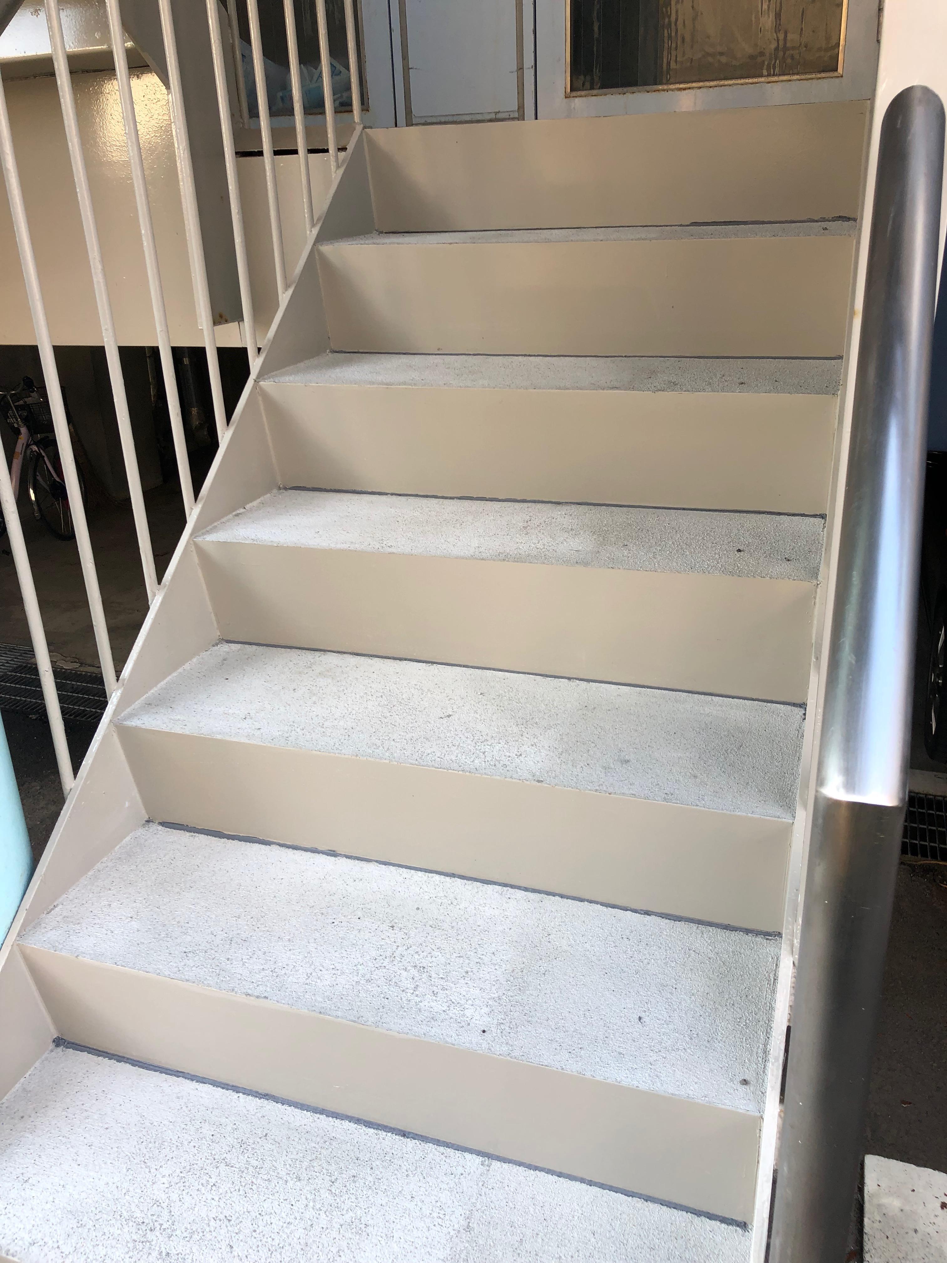 札幌市北区 アパートの階段踏板コンクリート仕上げ+蹴上補強
