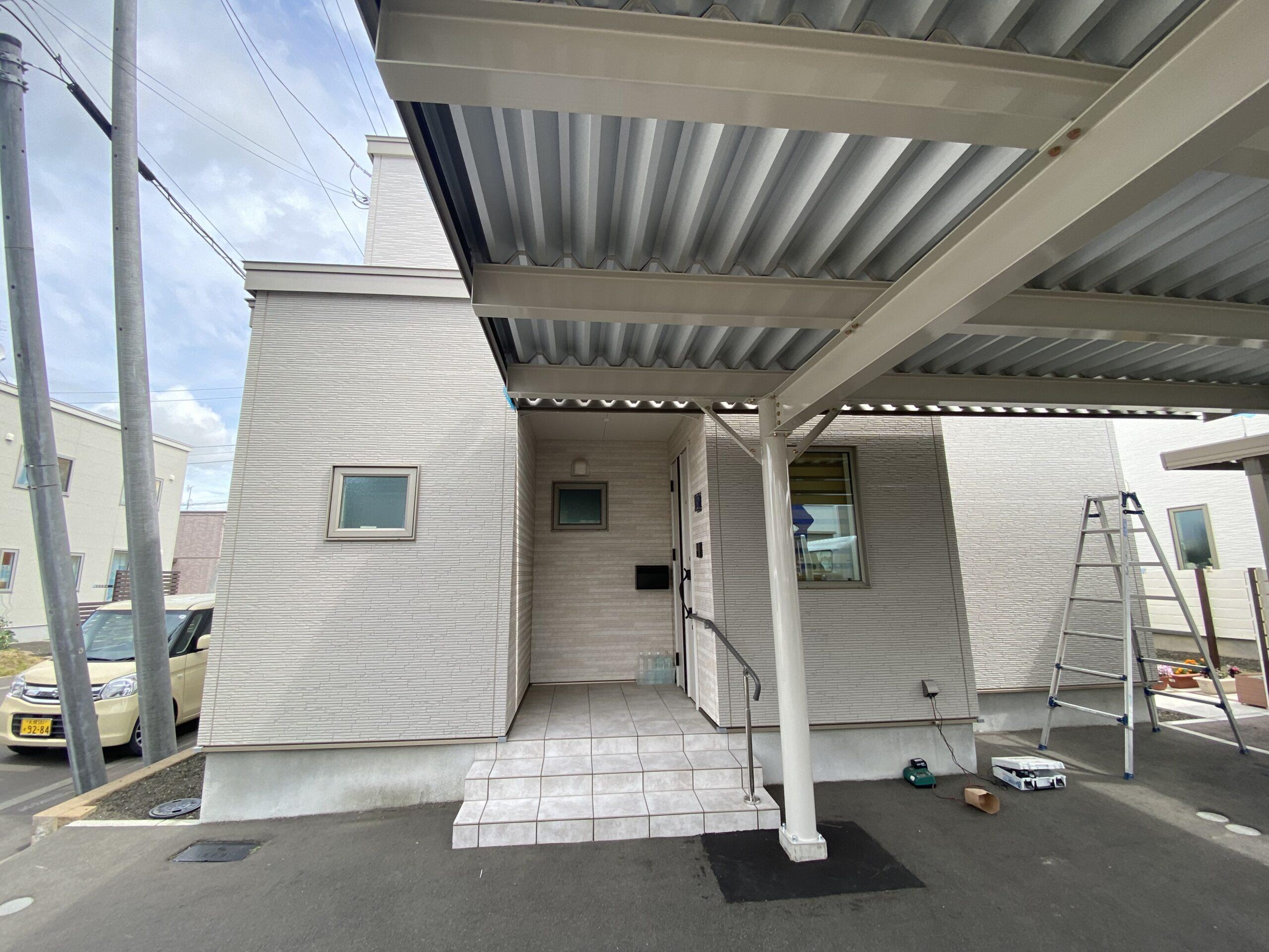 玄関前に屋根伸ばしの空間素敵ですね